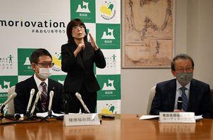 会見で県内の感染状況を説明する大西医師(右)、奈須下部長(左)=16日午後、県庁