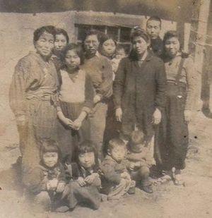 終戦後、平壌の難民収容所で撮影された写真。中列左から2人目がみどりさん、同左が母文子さん、前列左から2人目がかほるさん。撮影の経緯は不明(天内みどりさん提供)