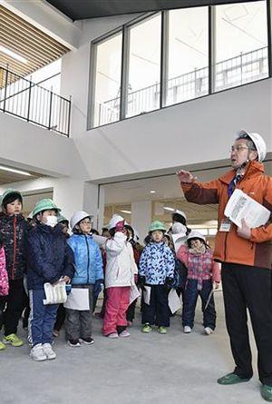 建設中の新・鶴田小学校を見学する菖蒲川小学校の児童たち