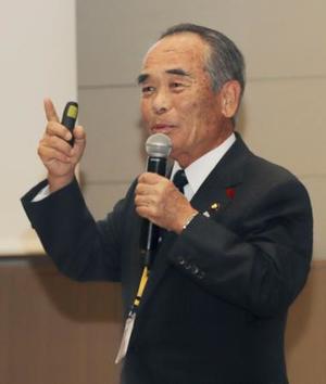 地域での取り組みを紹介する茨城県常陸太田市の大久保太一市長=11日午後、鳥取県米子市