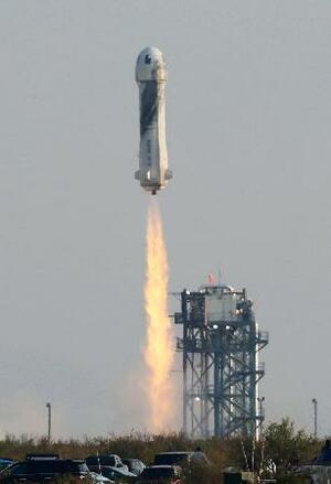 20日、アマゾン・コム創業者のジェフ・ベゾス氏ら4人が搭乗し打ち上げられたブルーオリジンの宇宙船「ニューシェパード」=米南部テキサス州(ロイター=共同)