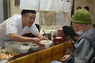 食で高齢被災者を元気に/八戸のラーメン店が施設慰問