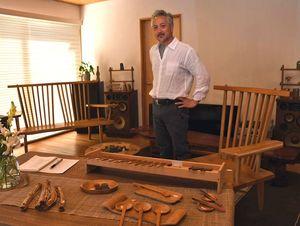 自宅で自作の家具の展示をしている小野さん