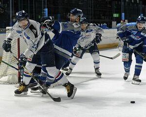 今季初の氷上練習で3対3のミニゲームを行うフリーブレイズの選手たち=3日、八戸市のフラットアリーナ