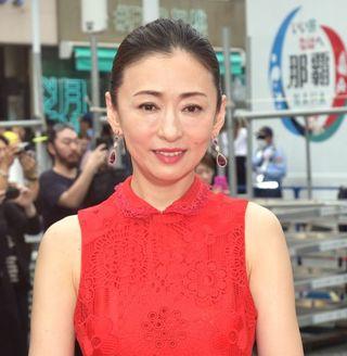 【写真】松雪泰子、真っ赤な肩出しドレスは大九監督のため「赤が好きなので」