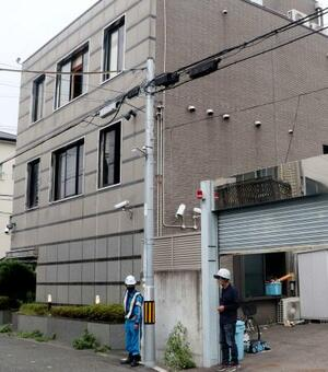解体工事が始まった絆会傘下組織事務所=17日午前、兵庫県尼崎市