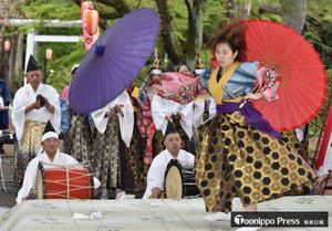 傘舞を披露する川守田さん(右)=3日、三戸町の糠部神社前