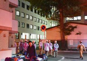 異臭騒ぎがあった北海学園大=9日午後7時26分、札幌市