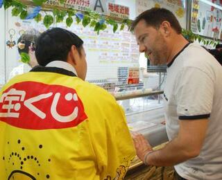 外国人にスクラッチ宝くじ、大阪