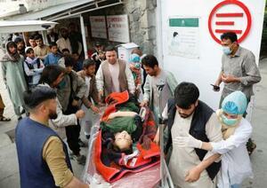 爆発で負傷し病院に運ばれる女性=8日、アフガニスタン・カブール(ロイター=共同)