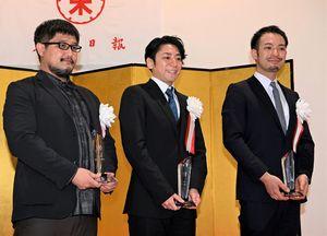 東奥文化選奨を受賞した(左から)呉勝浩さん、増田大介さん、吉澤剛さん=23日午前、青森市の東奥日報新町ビル