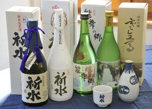 山海の幸に恵まれた東通の食材と一緒に味わいたい村の地酒。「吟醸酒 祈水」(左から2本目)のラベルは越善靖夫村長が自ら筆を執ったという