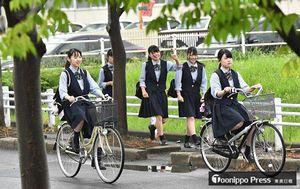 木々の緑が濃さを増し、さわやかな夏服姿で登校する生徒たち=1日午前8時すぎ、青森商業高校