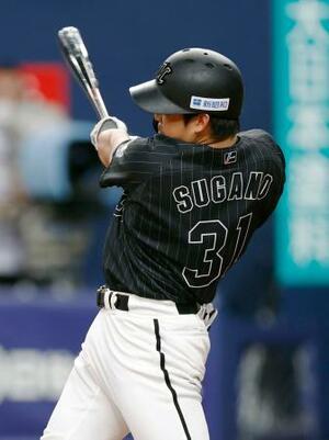4回ロッテ1死一塁、菅野が右越えに2ランを放つ=京セラドーム