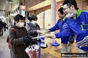 市民らに東奥日報紙やPR冊子を配った街頭キャンペーン=6日午後、青森市