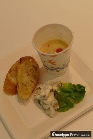 「乾しいたけのクリーミースープ」(紙コップの中)と「乾しいたけのディップ」