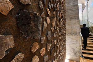 壁一面に5120個の縄文土器のかけらがちりばめられた「縄文ビッグウォール」