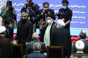 宣誓式で手を振るイランのライシ大統領=5日、テヘラン(ロイター=共同)
