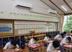 19年度、全普通教室に冷房を設置した三戸町の三戸小・中学校=1日