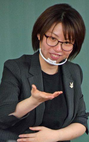 「透明マスク」を着け、表情豊かに手話文化について説明する外崎さん
