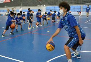 八戸ダイム2選手が小学生にバスケ指導