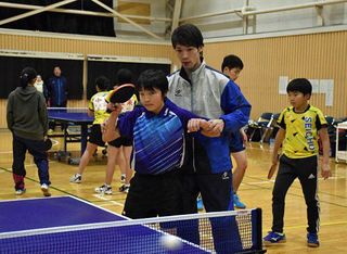 八戸で震災復興卓球交流会/青森県出身大学生らが講師