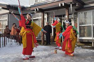 集落を回り、田植え餅つき踊りを披露する女性たち=15日午前、東通村目名