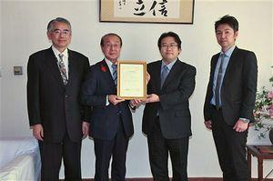 浜谷町長(左から2人目)にJGAP認証取得を報告した青野代表(同3人目)ら