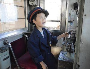 弘南鉄道の制服を着て運転席に座る体験ができるコーナーなどが人気を集めた