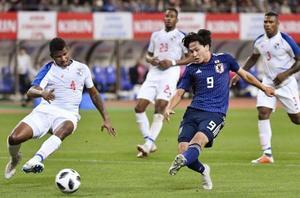 日本―パナマ 前半、先制ゴールを決める南野(手前右)=デンカスタ
