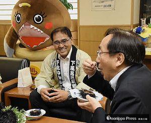 風間浦村沿岸で採れたウニを味わう三村知事(右)と冨岡村長