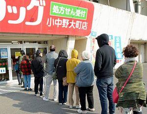 マスクを買い求め、開店前のドラッグストアに並ぶ市民ら=26日午前8時40分ごろ、八戸市