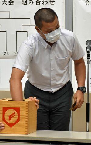 組み合わせ抽選に臨む青森山田の脇野部長