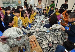 新聞紙でできた動物たちに子どもたち歓声