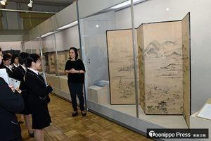 企画展開幕を前に、蓑虫山人が青森市浪岡の名所旧跡を描いた屏風について学ぶ県立郷土館の解説員ら