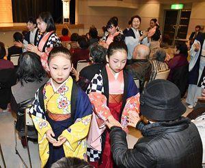 「寿大学」のお年寄りと踊りを通して触れ合う花すず会の子どもたち