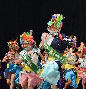8代目ミスター跳人グランプリに輝いた村山健一郎さん((1)のうちわ)とコンテスト参加者=青森市「ねぶたの家 ワ・ラッセ」