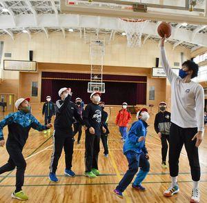 鈴木選手(右端)らと試合を楽しむ平賀東小の児童