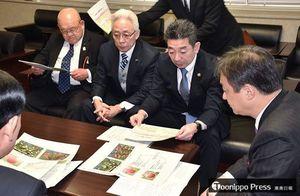 堀井外務政務官(右)に輸出条件の緩和を要望する岡元委員長(右から2人目)ら