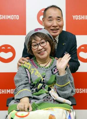記者会見後、笑顔を見せる夫婦漫才コンビ「宮川大助・花子」=11日午後、大阪市