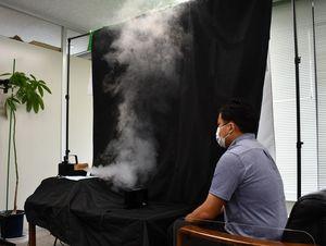 記者室で行った実験。水蒸気は卓上エアカーテンに遮られ、対面席まで届かなかった