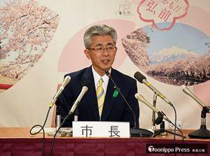 弘前市役所で就任記者会見に臨んだ桜田市長