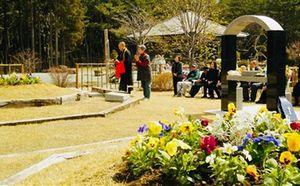花壇の中に個人墓を設置し永代供養する普賢院の「ガーデニング葬」(同院提供)