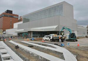 11月の開館に向けて広場(手前)の工事が進む八戸市美術館