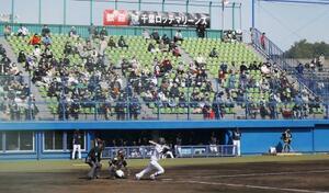 2059人のファンを集めて行われた西武―ロッテの練習試合=27日、高知市