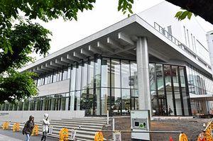 完成した十和田市役所新庁舎の外観