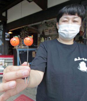 りんごちゃんスプーン、フォークを持つ山のホテルの赤石常務