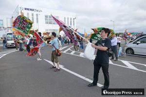 フェリーに向かって歓迎のは大漁旗を振るミッションw