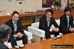 小林市長(手前左)にチームのJ3昇格に向けた決意を披露する葛野監督(右から2人目)