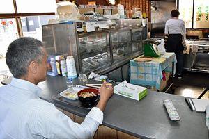 店内飲食と持ち帰りの税込み価格を統一、増税の影響がなかったという焼き鳥店=9月29日、黒石市